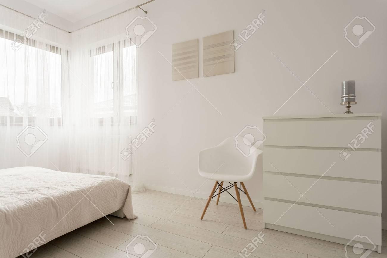 Einfache Exklusiven Weissen Schlafzimmer Mit Holzparkett Lizenzfreie