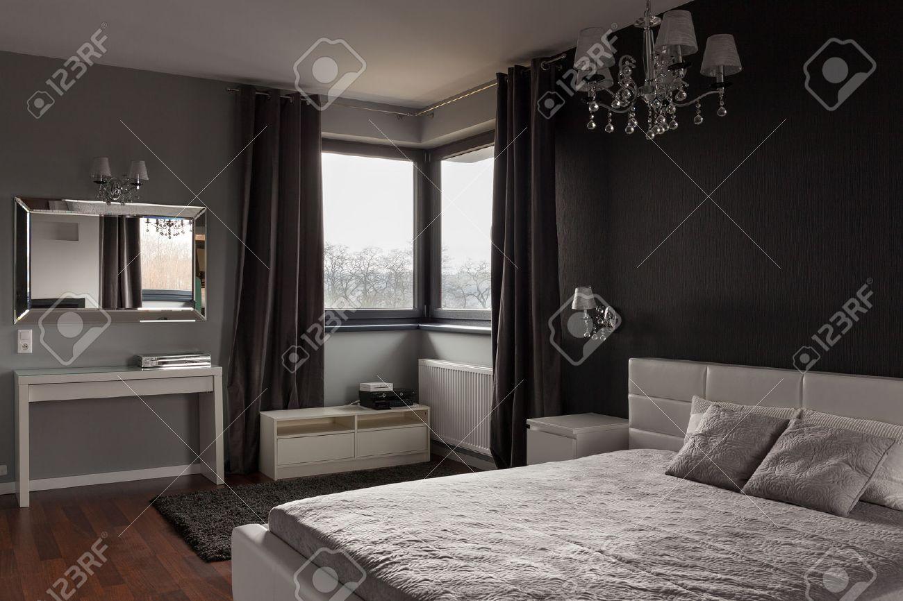 Donkere dure slaapkamer met zwarte en grijze muren royalty vrije ...