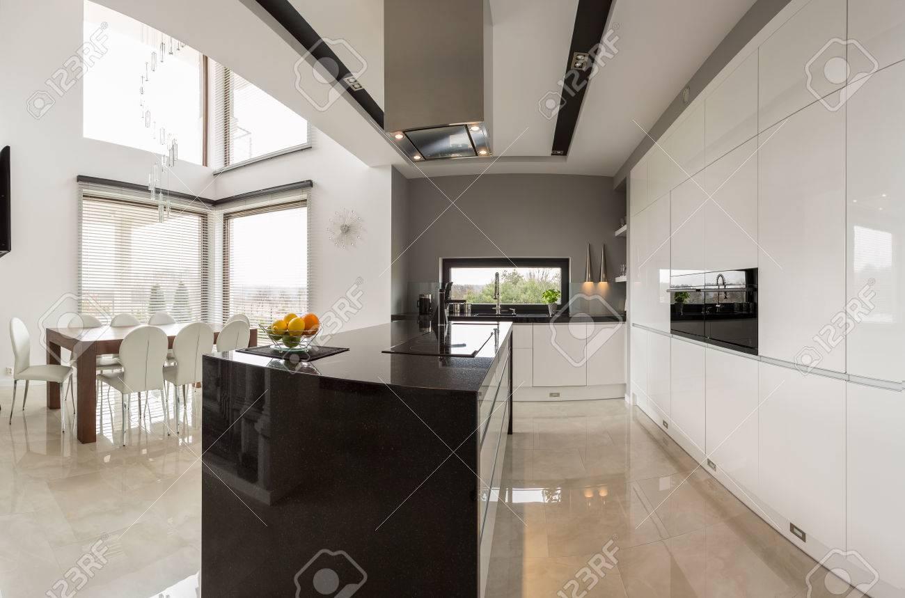 Cocina moderna grande conectada con amplio salón comedor
