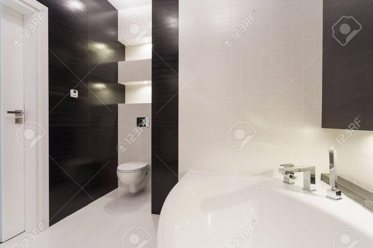 Exclusive Schwarz Weiß Bad Mit Großer Badewanne Lizenzfreie Fotos