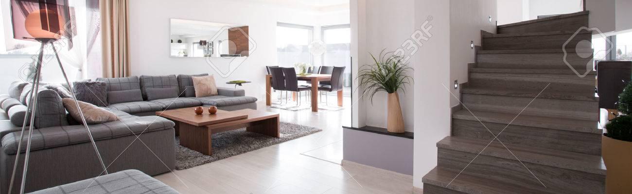 Photo Panoramique De Escalier En Bois Dans Le Salon Moderne Banque ...