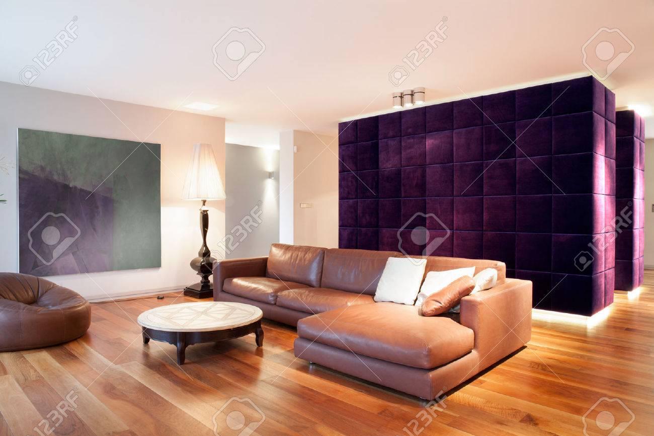 Canapé en cuir dans le nouveau salon moderne avec parquet