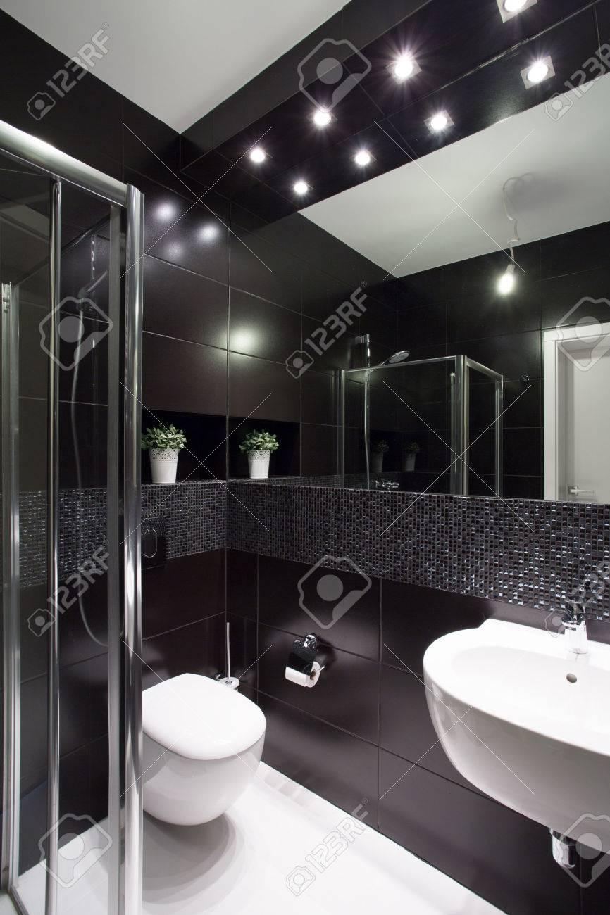 il design moderno di piccolo bagno con piastrelle nere foto ... - Piastrelle Bagno Moderno Piccolo