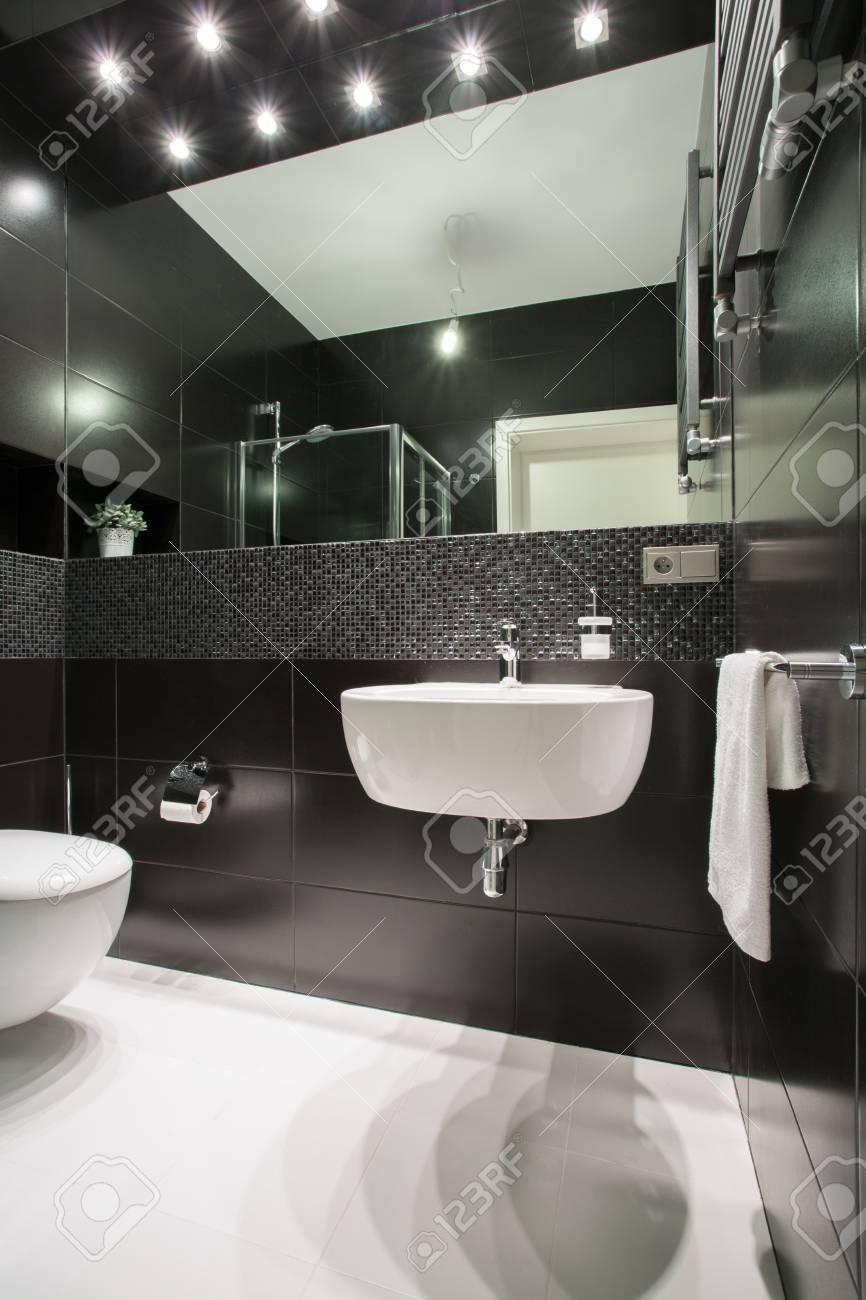 Foto Del Pequeño Cuarto De Baño Blanco Y Negro Exclusivo Fotos ...