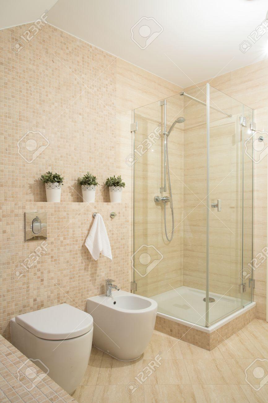 archivio fotografico piccolo bagno moderno con doccia con porta in vetro