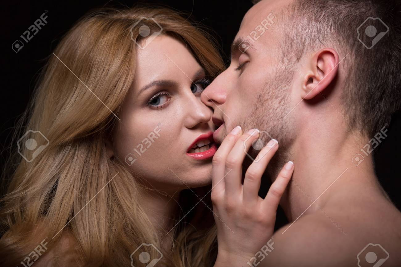 Sexy chicks kissing, fucking machine ass