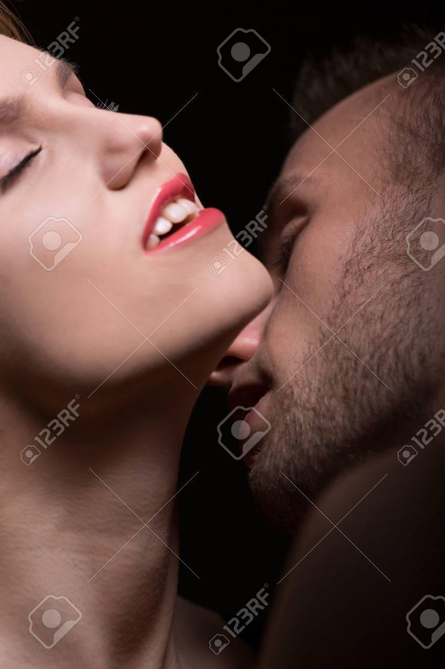 Kuss auf den hals