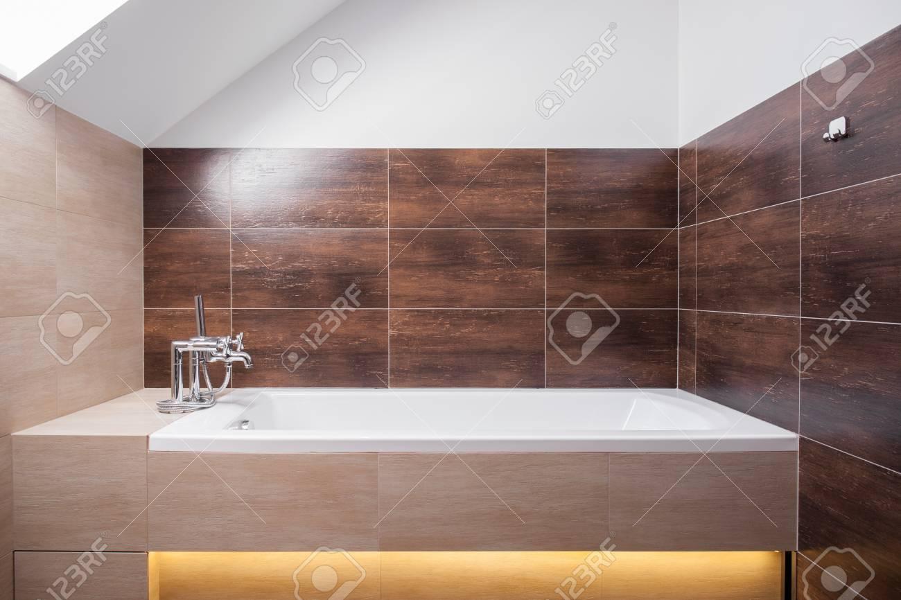 Baignoire carré Fantaisie dans les toilettes moderne décoré