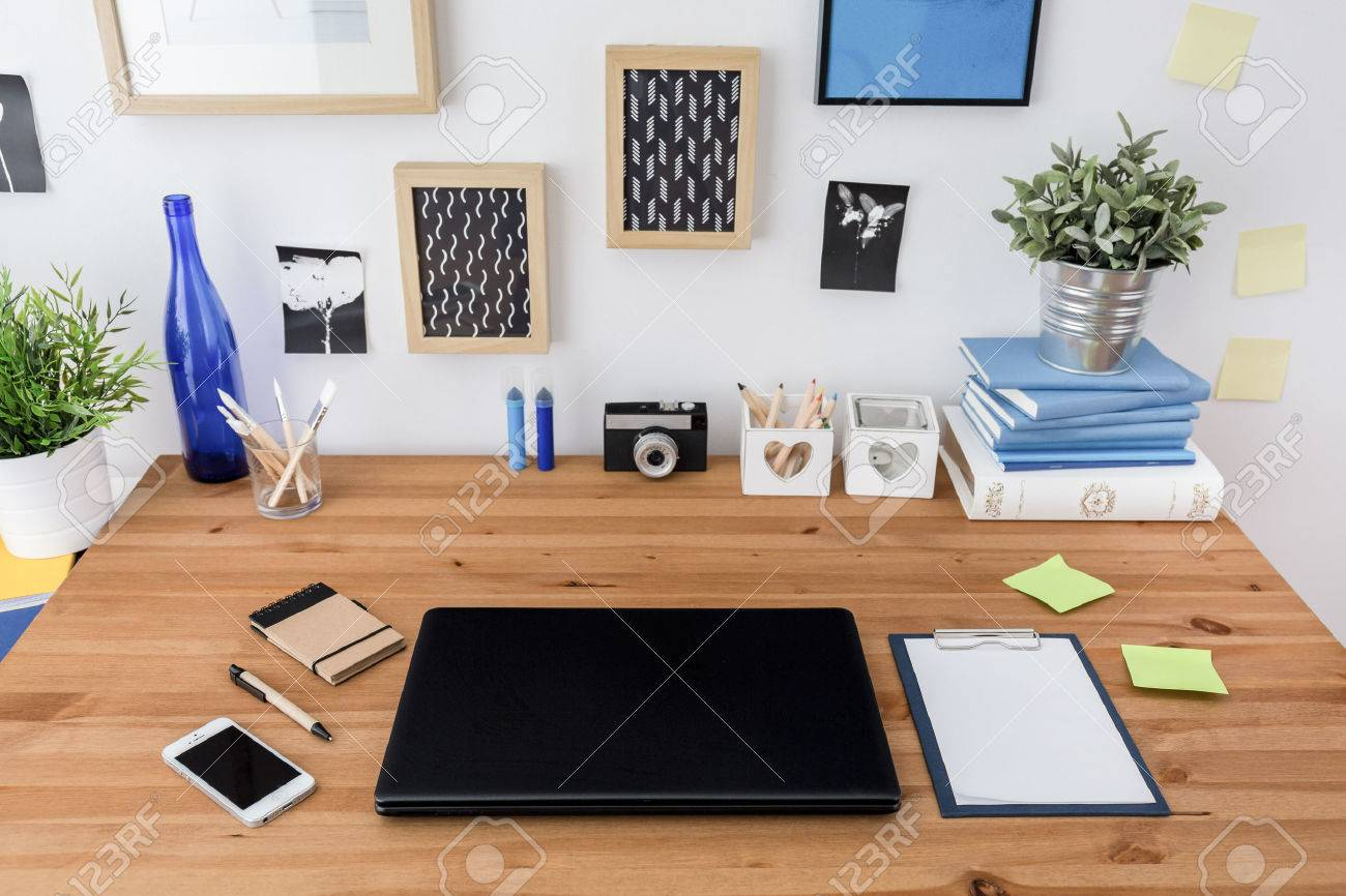 Ordinateur portable et téléphone mobile sur table en bois de bureau