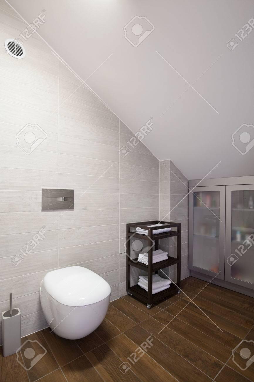 Salle De Bain Mur Blanc ~ salle de bains simple et moderne avec mur blanc inclin banque d