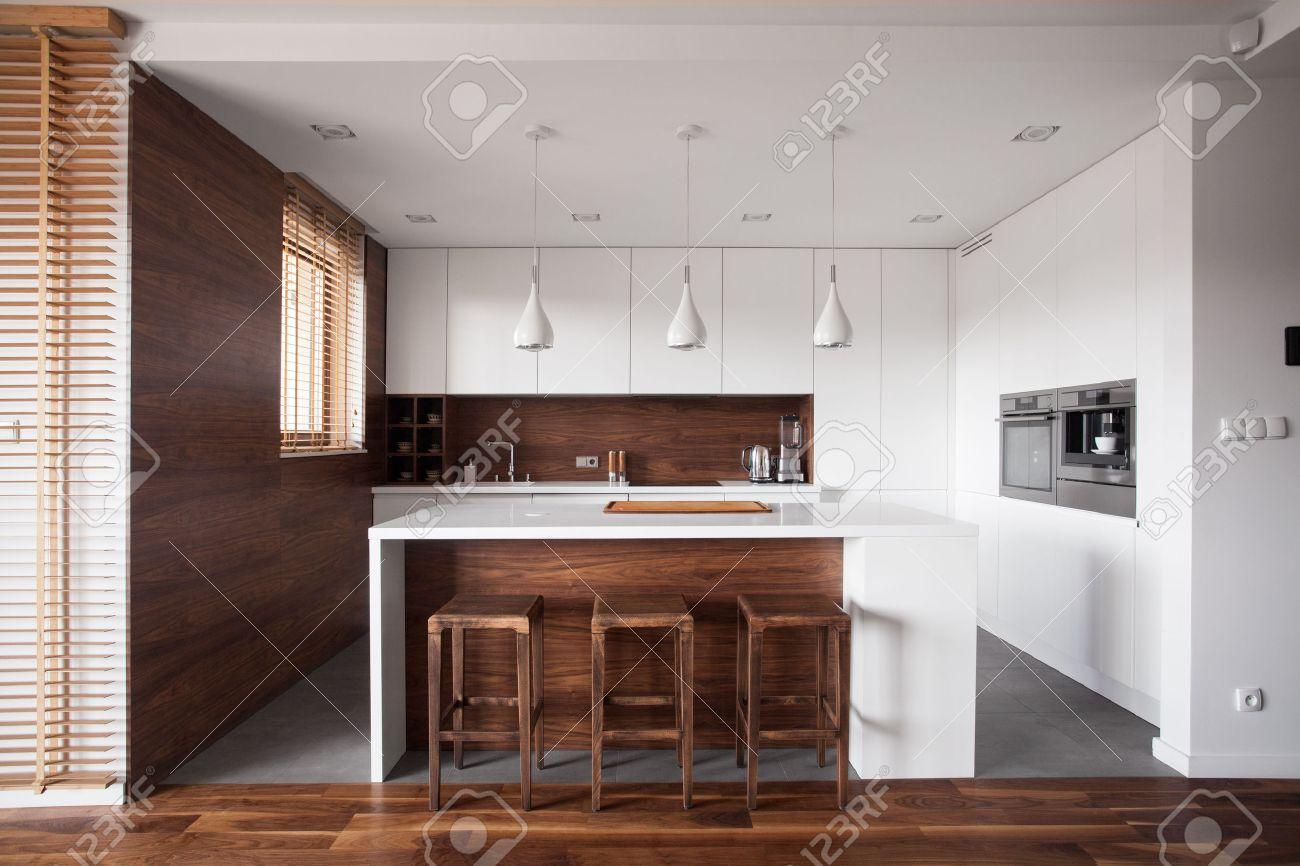Moderne küche holz  Moderne Küche Aus Holz Mit Weißen Insel Und Essbereich Lizenzfreie ...