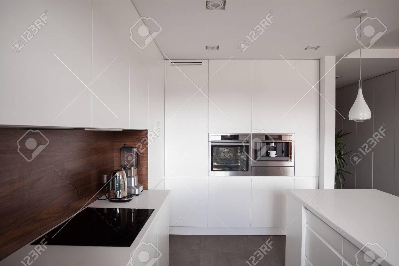 Weiß Exklusive Saubere Küche Mit Holzplatte Lizenzfreie Fotos ...