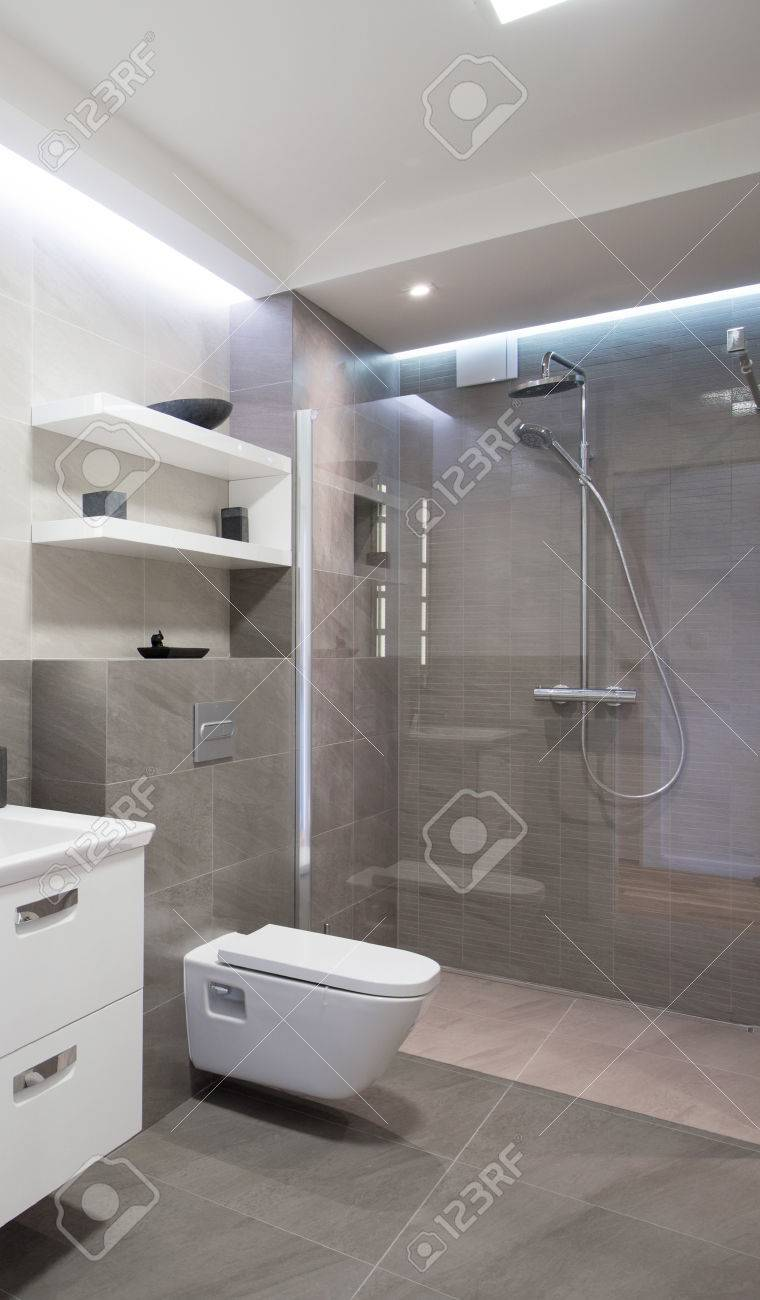 Cuarto de baño moderno con ducha con puerta de cristal
