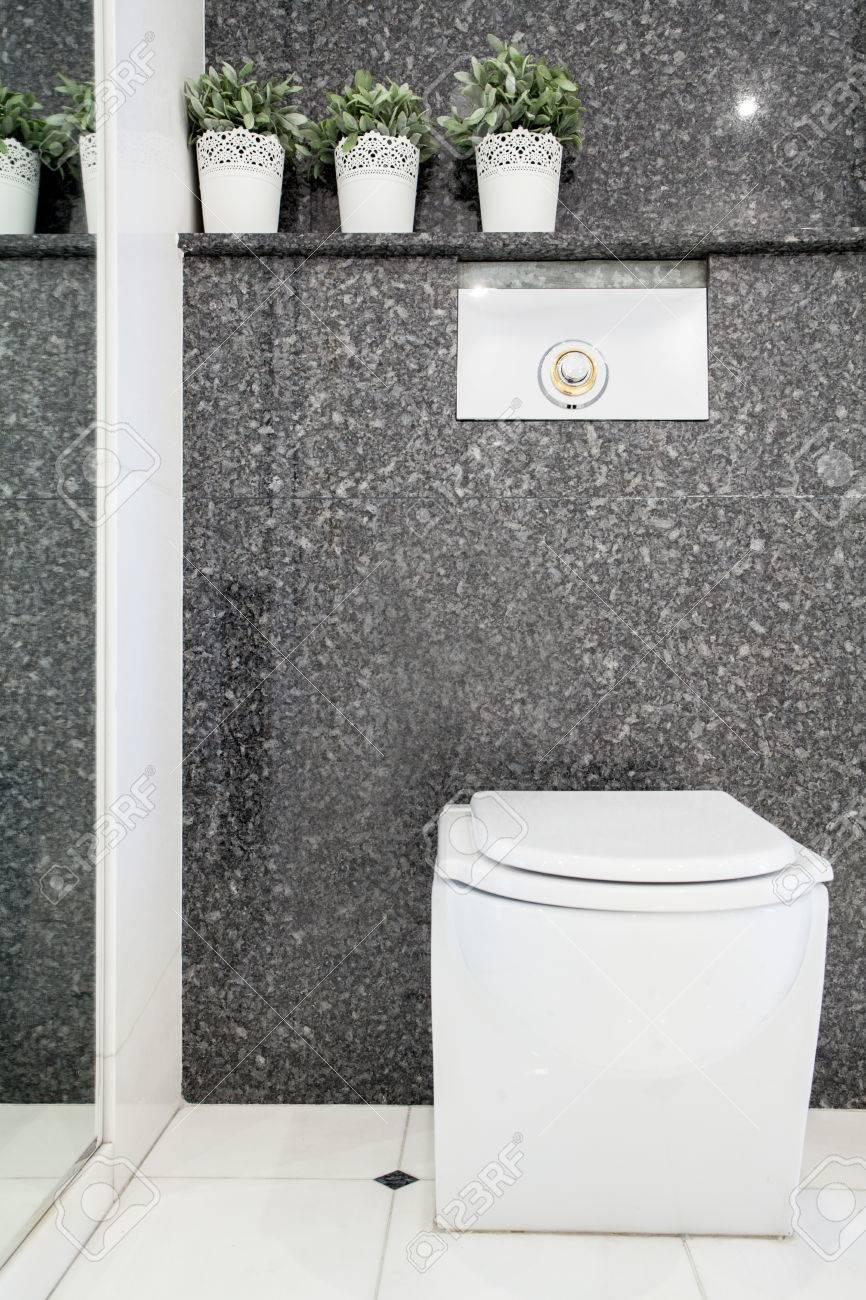 Vue verticale du lavabo dans les toilettes moderne