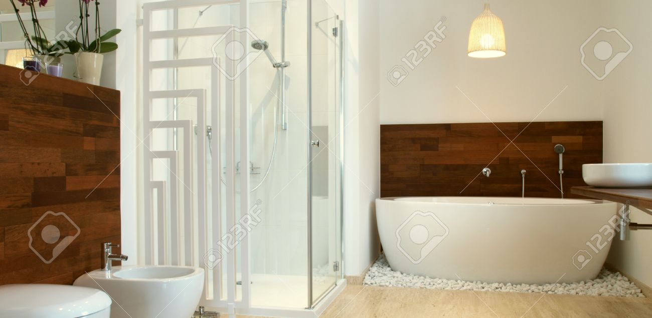 Cuarto de baño moderno con azulejos de baño y travertino libre de pie