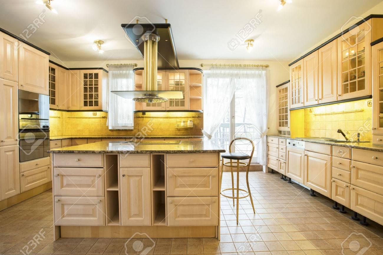 veduta di armadi di legno in cucina di lusso foto royalty free ... - Cucina Di Design Armadio Di Lusso