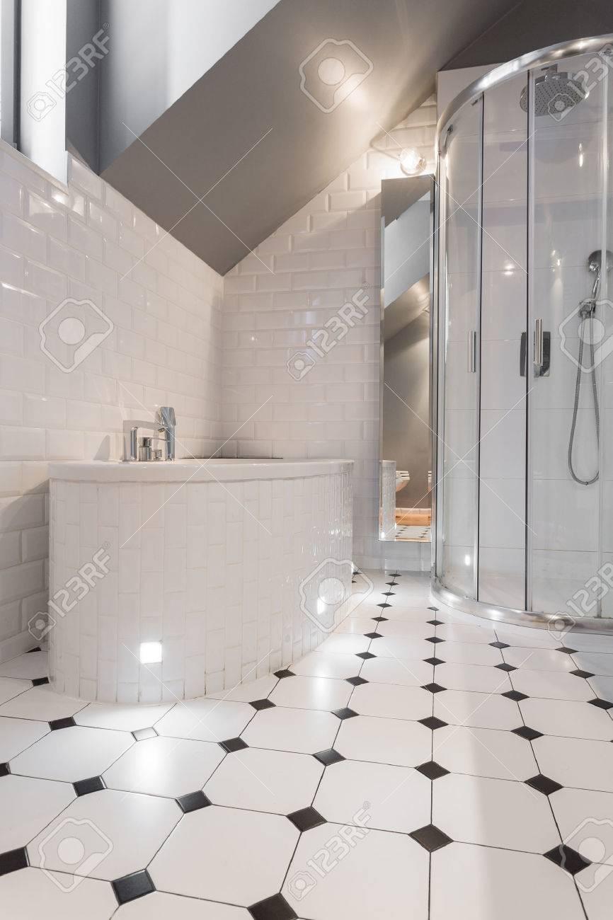Nuevo Cuarto De Baño De Lujo Con Azulejos En Blanco Y Negro Fotos ...