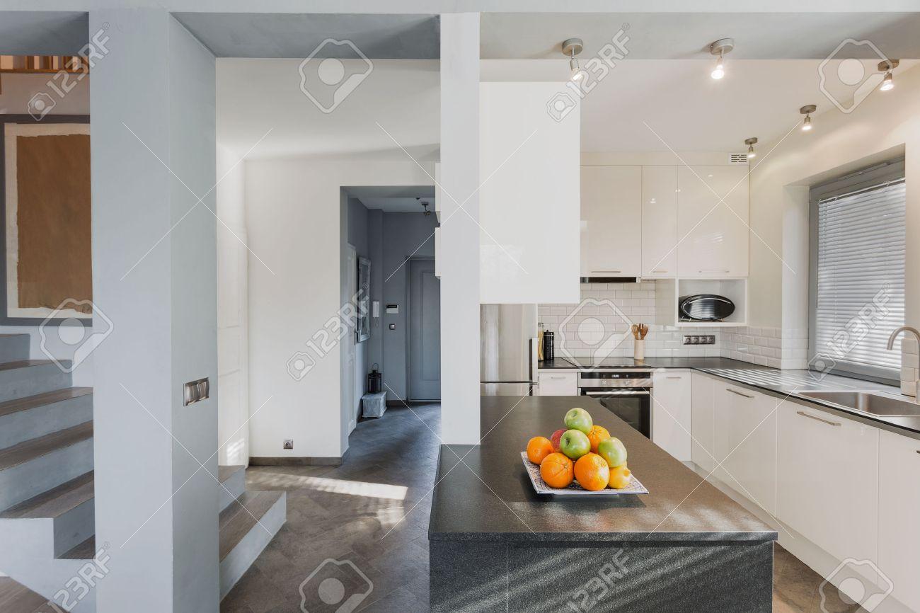 luxuriose kleine kuche, kleine weiße luxuriöse küche mit marmor schwarz zähler lizenzfreie, Design ideen