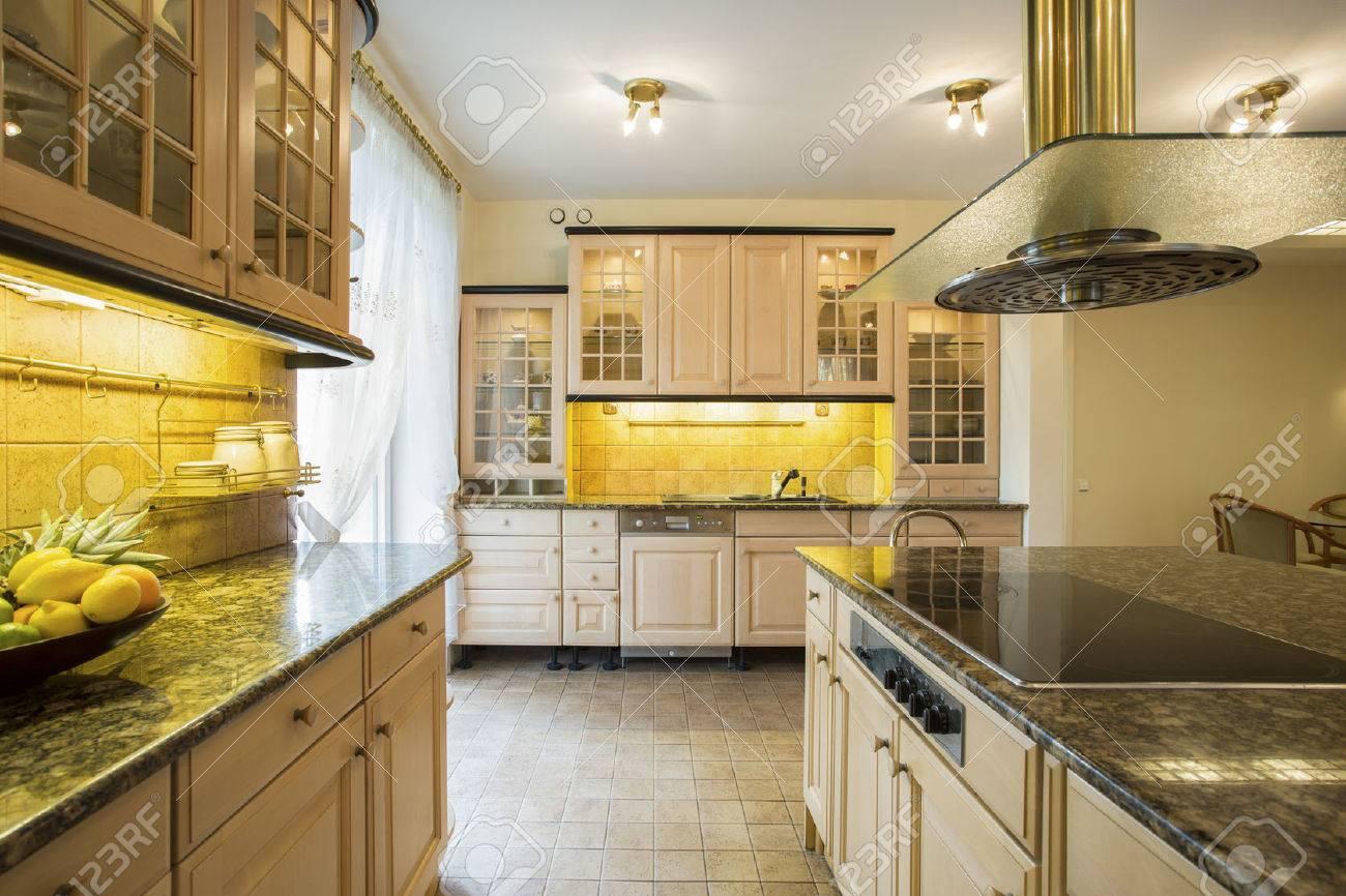 Close-up von Granitarbeitsplatte in Luxus-Küche