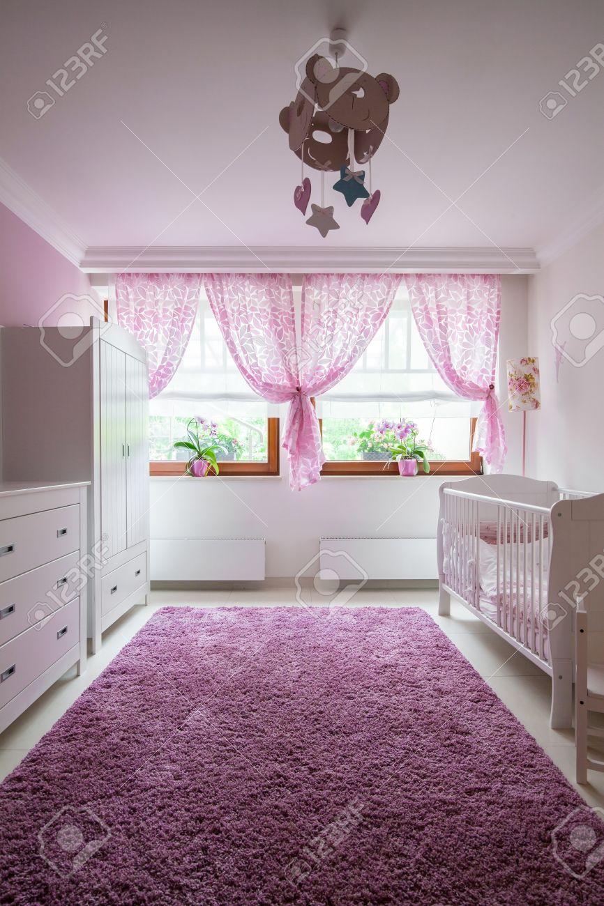 Peluche tapis violet dans la chambre de bébé fille