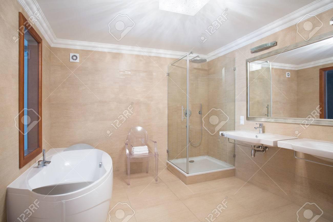 Elegante Interior Espacioso Cuarto De Baño En Colores Beige Fotos ...