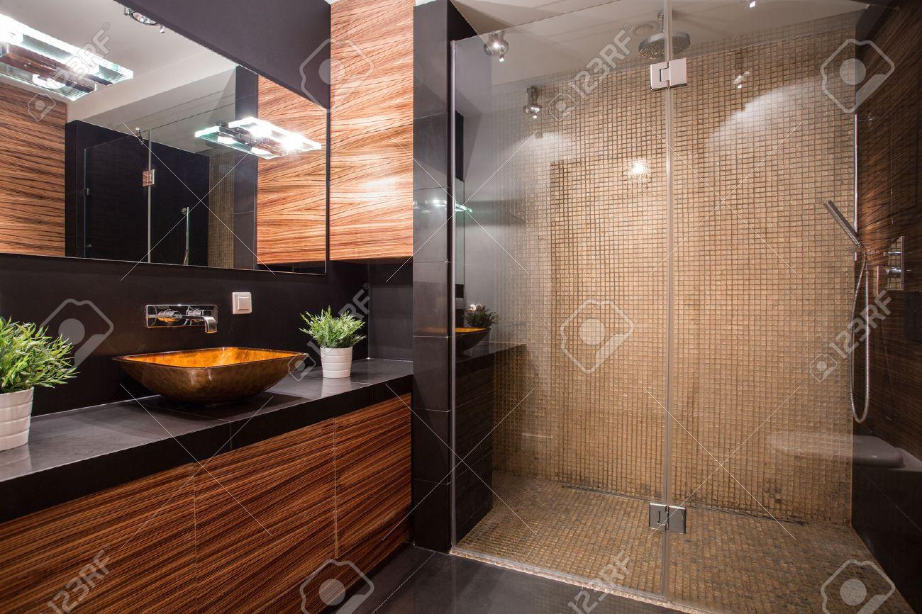 archivio fotografico nuovo bagno moderno con doccia fantasia sul muro