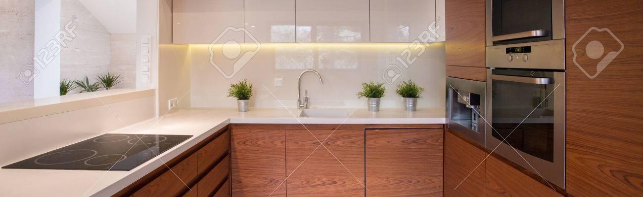 Piccola cucina accogliente pulito con le unità di legno duro