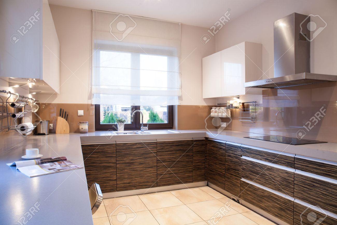 Braune Küche | Modernen Braunen Mobeln In Schonheit Gestaltete Kuche Lizenzfreie