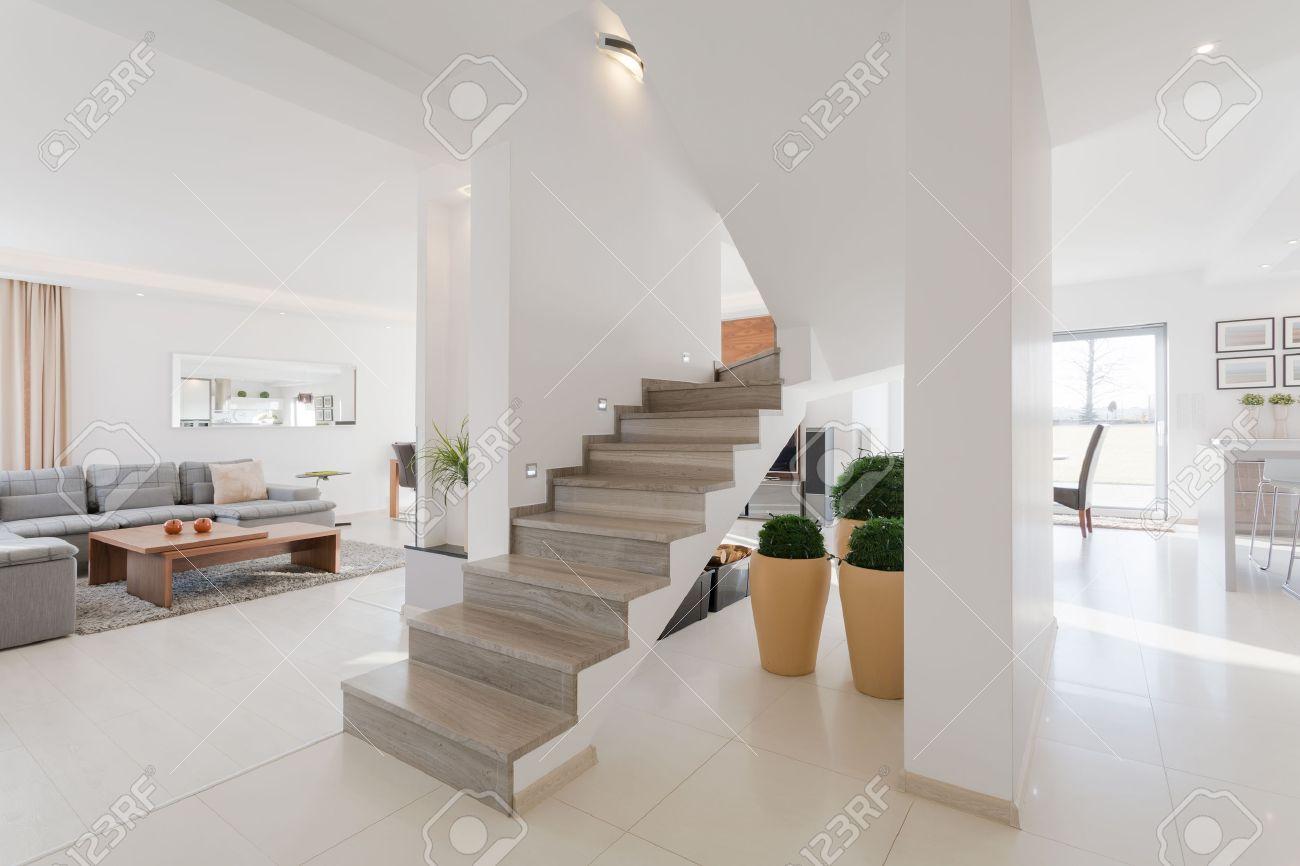 Minimalistische Geräumige Haus Interieur Mit Zwei Etagen Lizenzfreie ...