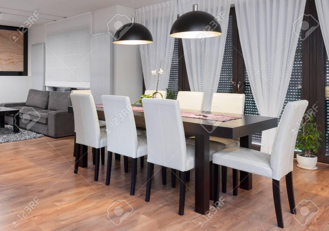 Table En Bois Et Des Chaises Blanches Dans La Salle Manger Banque