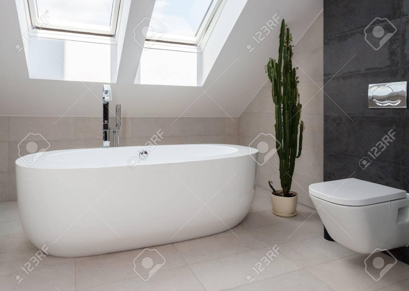 Freistehende Badewanne In Weiß Gestaltet Modernes Badezimmer ...