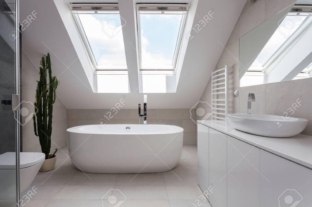 Brilliant Badezimmer Badewanne Foto Von Porzellan Freistehende In Weiß Gestaltet Standard-bild -