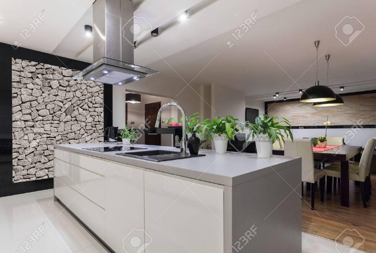 Afbeelding van ontworpen keuken met stenen muur royalty vrije foto ...
