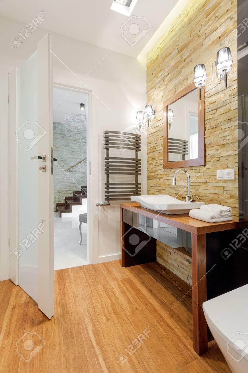 Brown Exklusives Badezimmer In Modernen Doppelhaushälfte Lizenzfreie ...