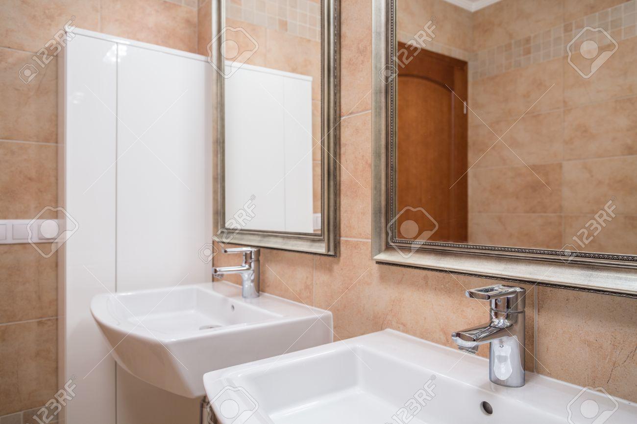 Due Lavabi E Specchi In Elegante Bagno Beige Foto Royalty Free ...