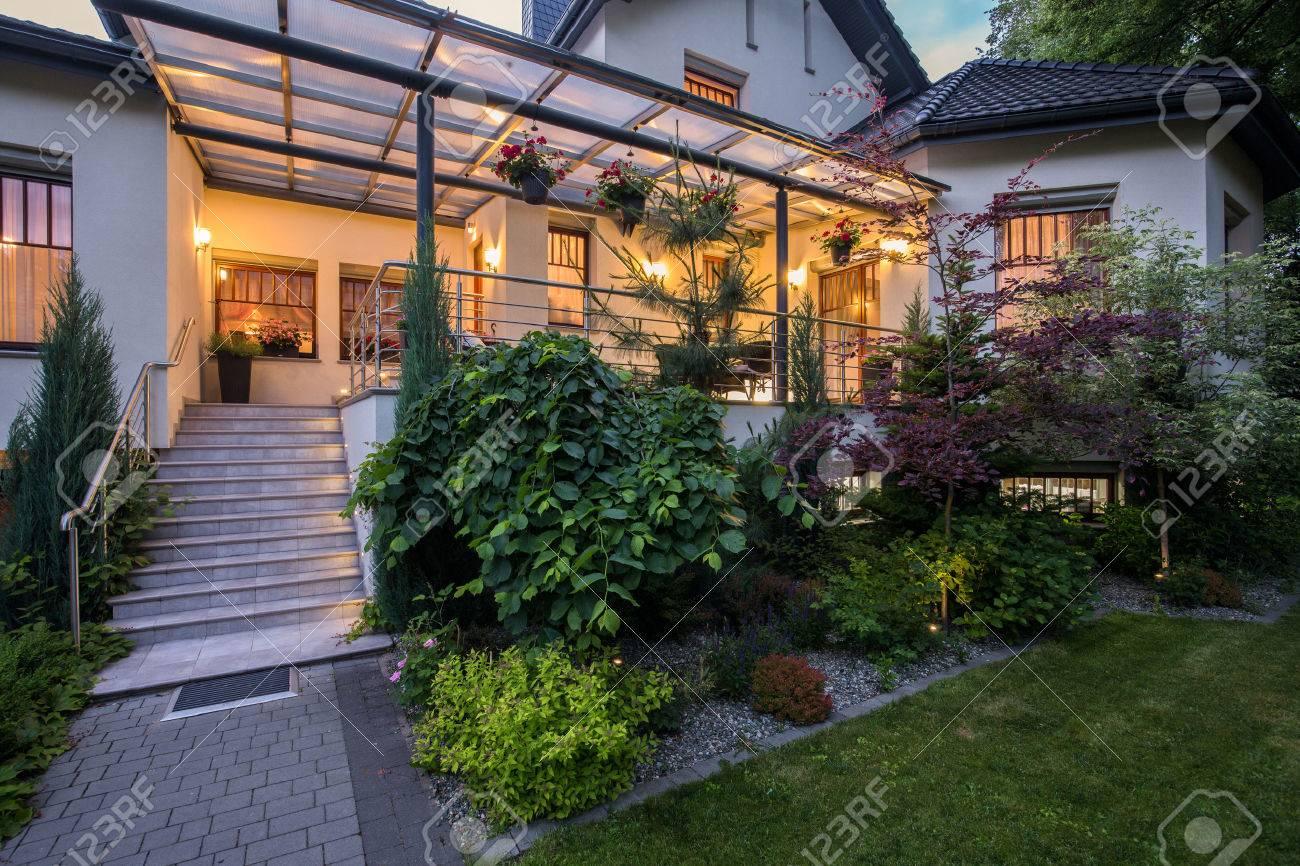 Maison De Luxe Avec Véranda Et Beauté Jardin Banque D\'Images Et ...