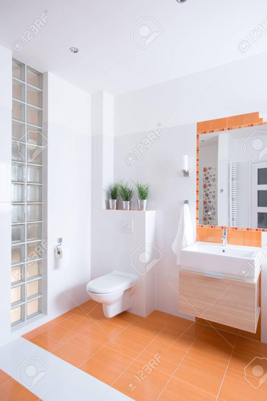 Naranja Azulejos En El Suelo En El Baño Moderno Fotos, Retratos ...