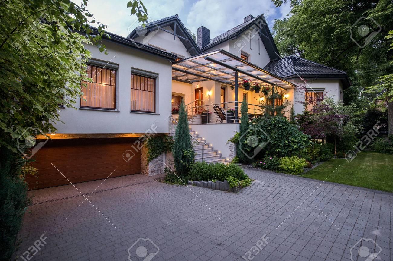 Aussenansicht Der Luxus Residenz Mit Gemutlichen Terrasse Lizenzfreie