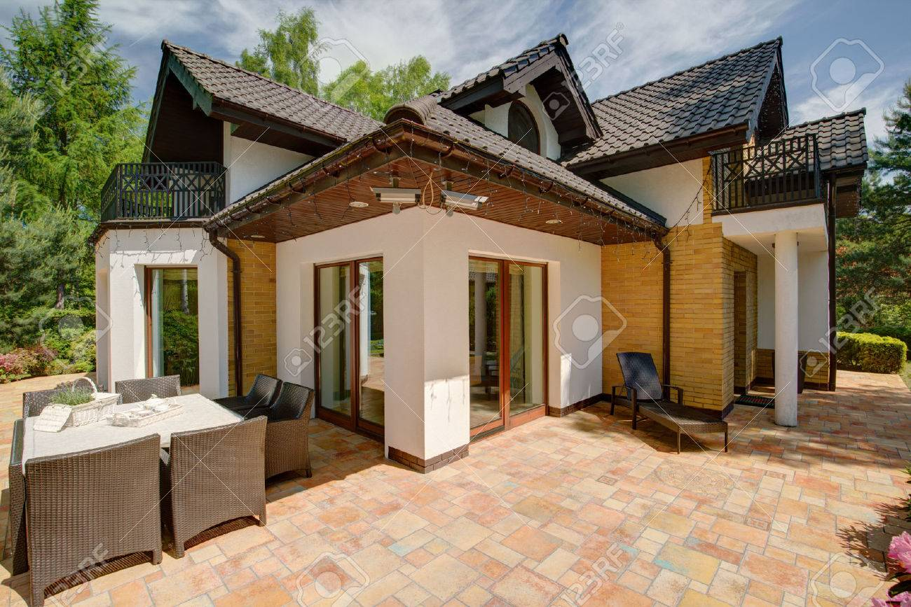 Einfamilienhaus luxus  Beauty Luxus Einfamilienhaus - Blick Von Außen Lizenzfreie Fotos ...