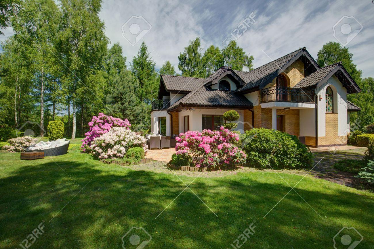Außenansicht Des Doppelhaushälfte Mit Garten Schönheit Lizenzfreie