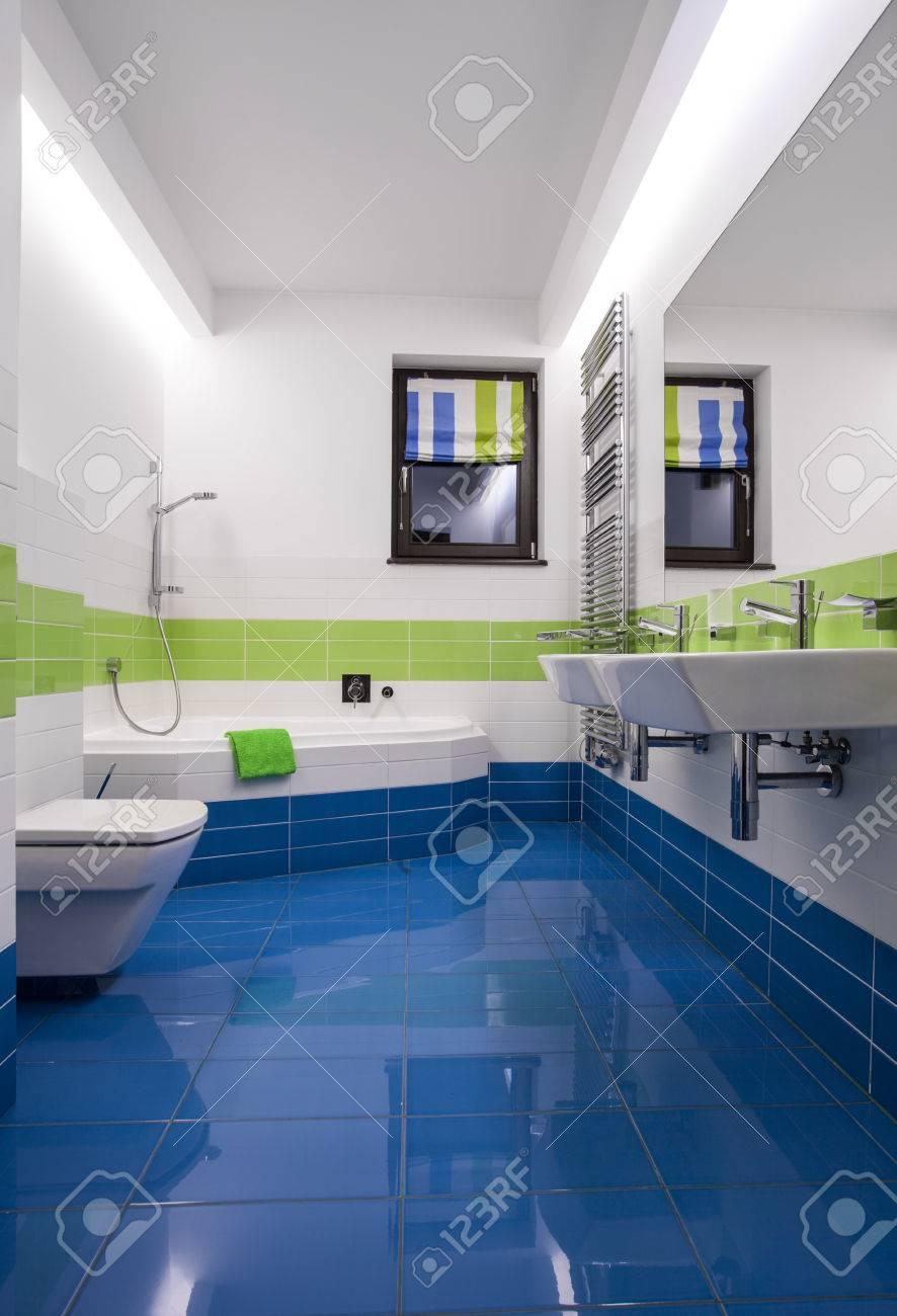 Blaue Und Grüne Fliesen Im Modernen Badezimmer Lizenzfreie Fotos