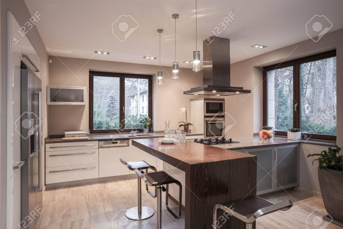 Intérieur de la cuisine conçue en maison moderne