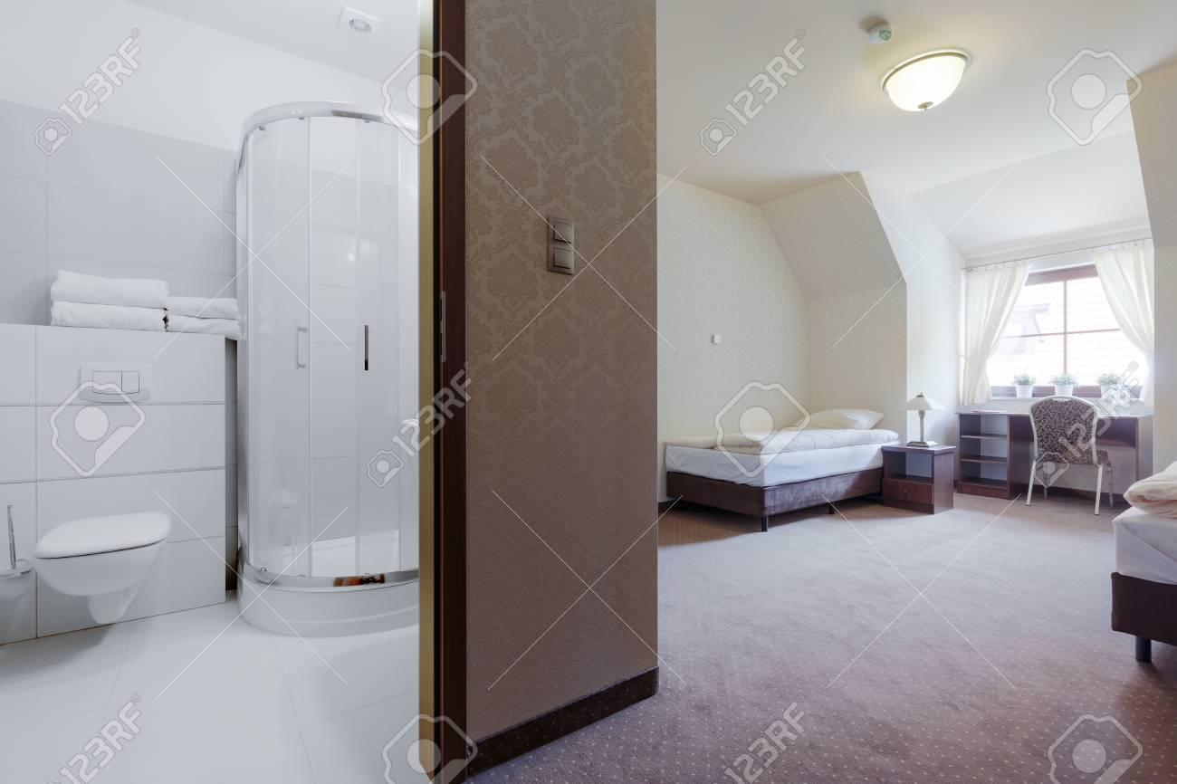 Photo de chambre d\'hôtel avec salle de bains privative