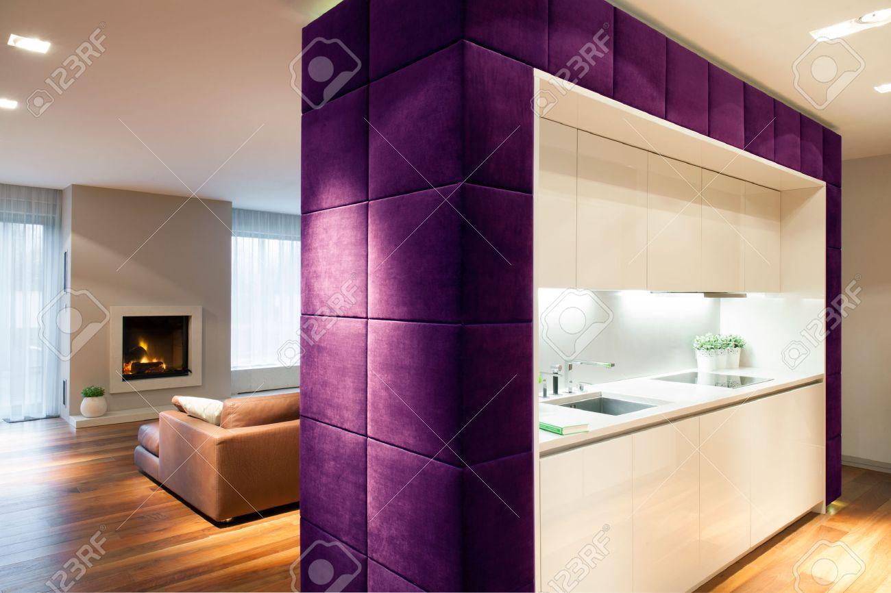 wohnzimmer und küche durch die trennwand getrennt lizenzfreie fotos