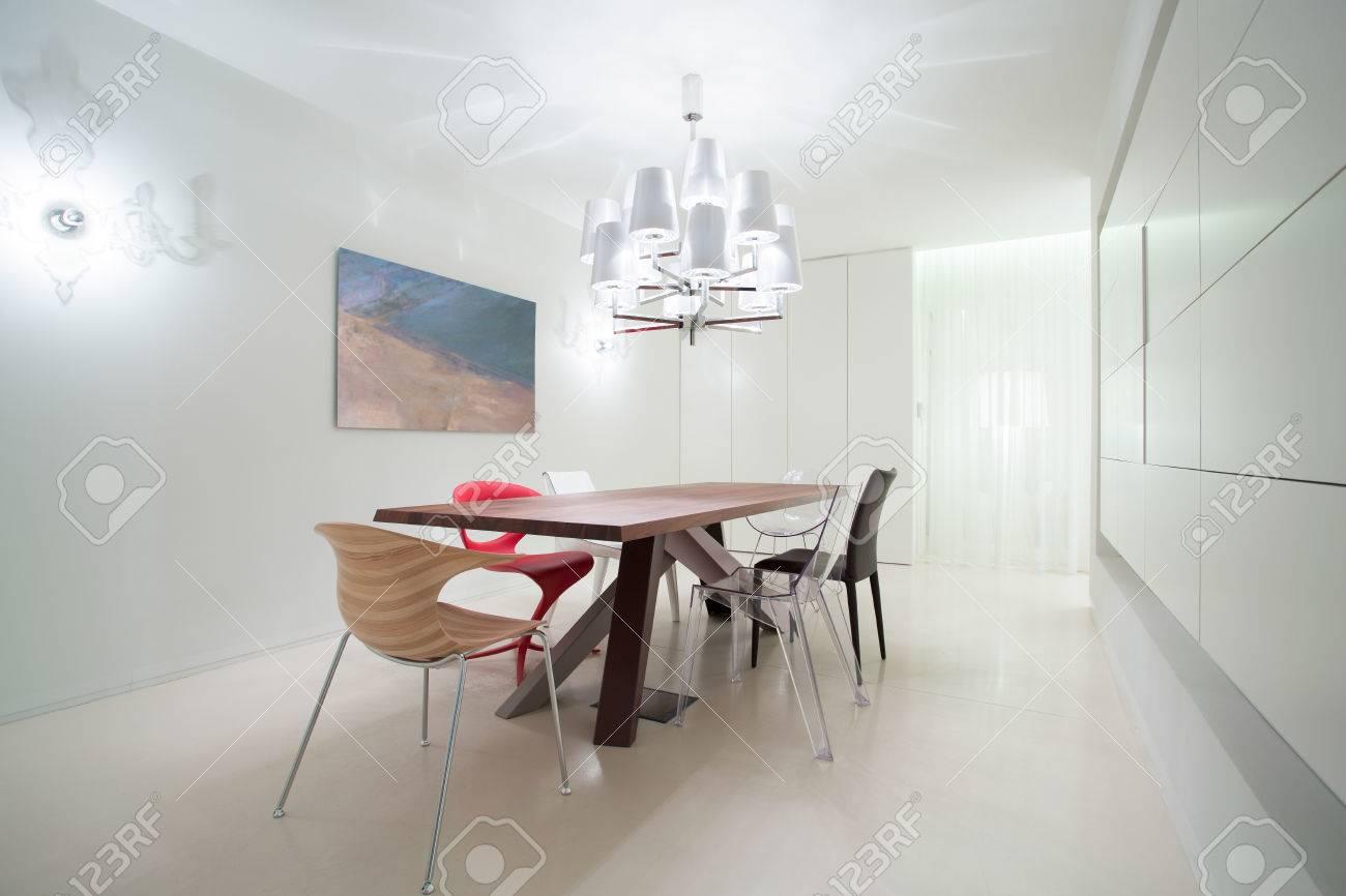 Standard Bild   Verschiedene Stühle Im Esszimmer Im Modernen Design
