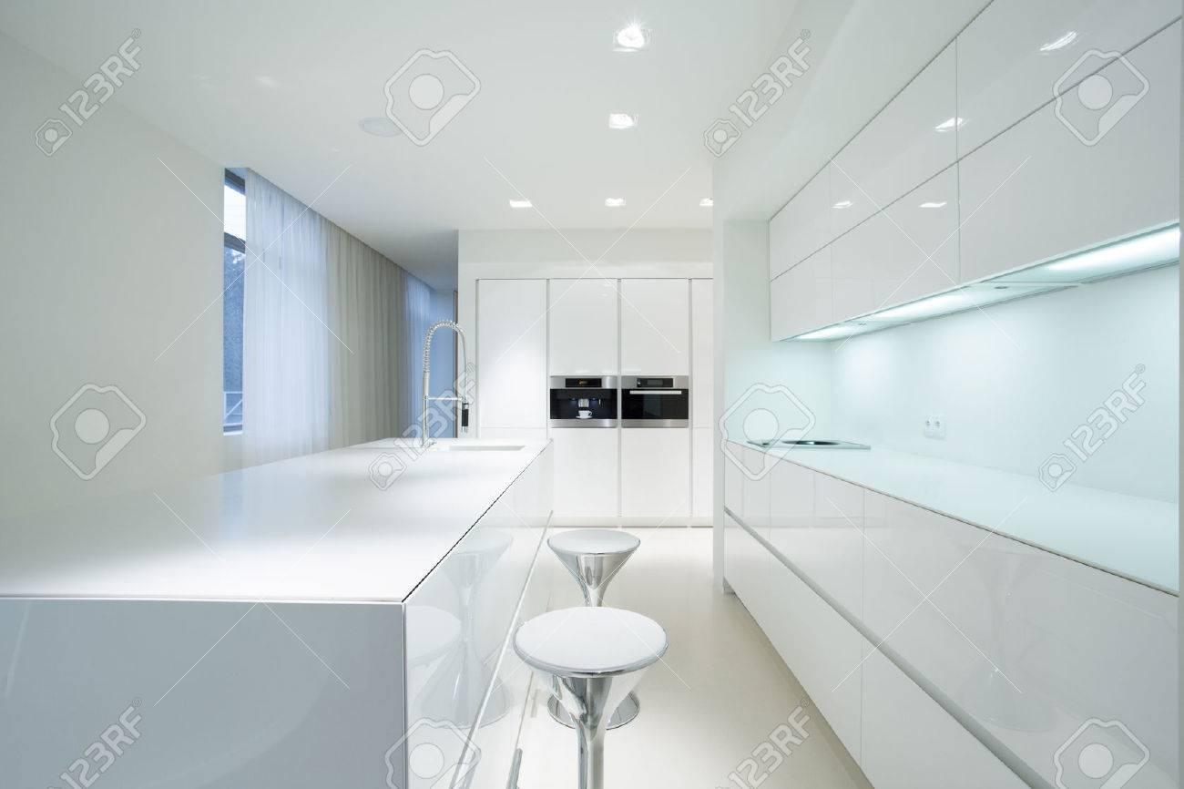 Blanc intérieur de cuisine de la beauté dans la maison de luxe