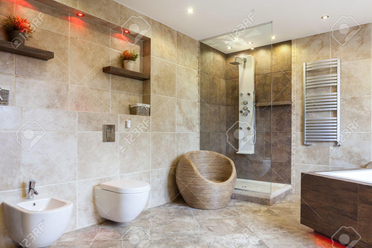 Intérieur d'une salle de bains de luxe avec carrelage beige banque ...