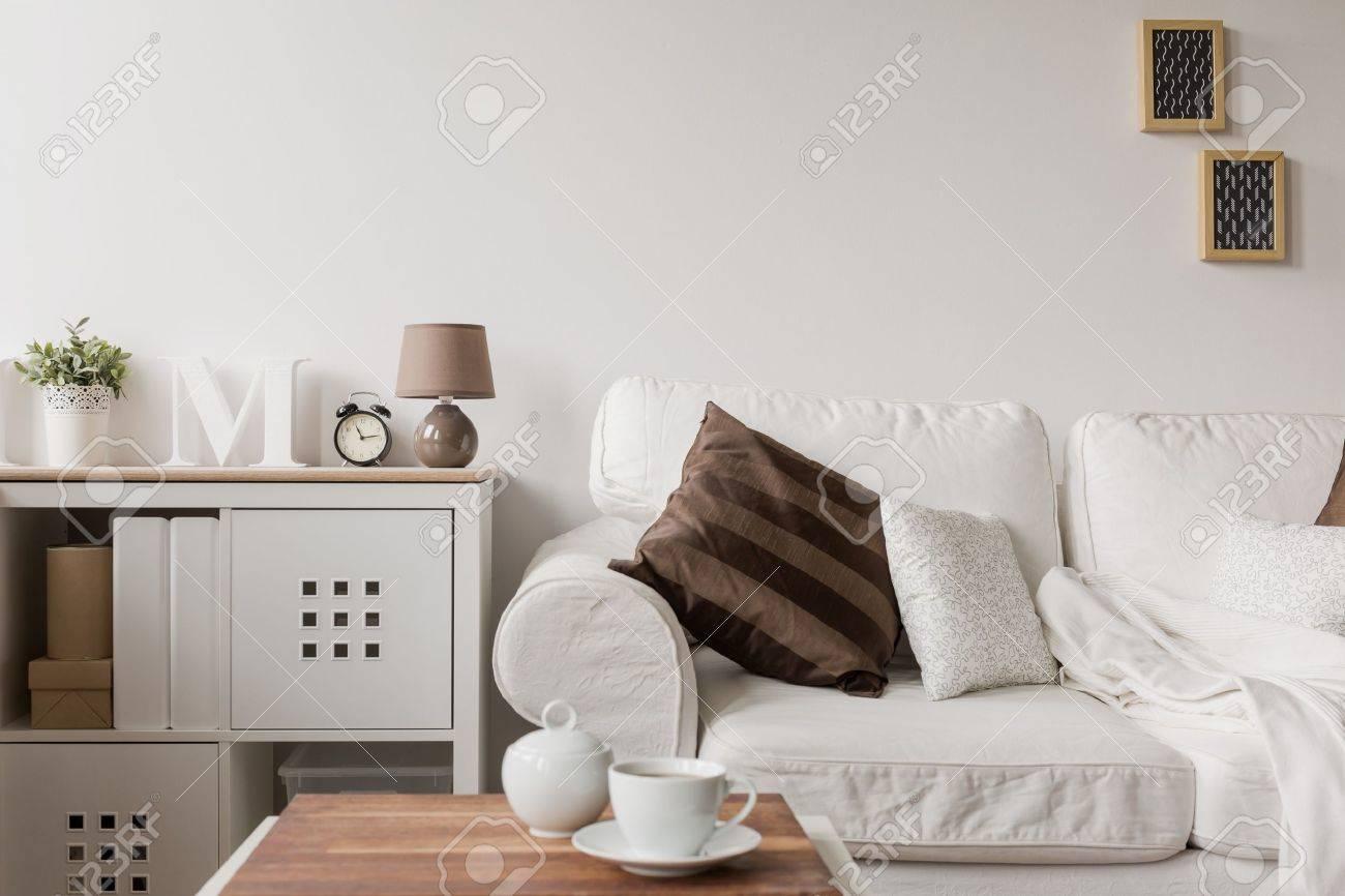 Weißen Couch Und Kommode In Salon Lizenzfreie Fotos, Bilder Und ...