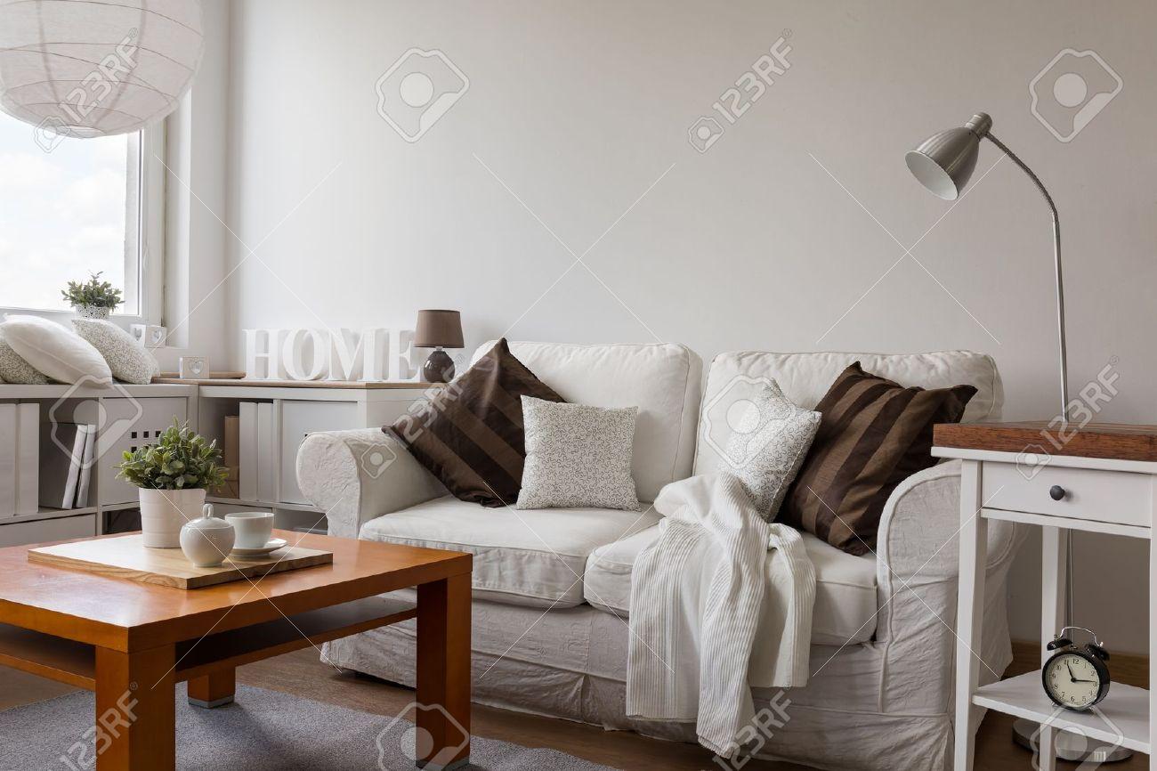 Kleine Gemütliche Wohnzimmer In Weiß Flach Lizenzfreie Fotos, Bilder ...