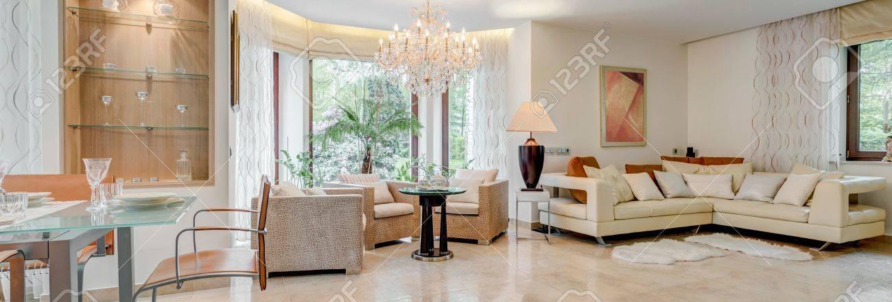 Wohnzimmer Mit Grossen Und Exklusiven Kronleuchter Lizenzfreie Fotos